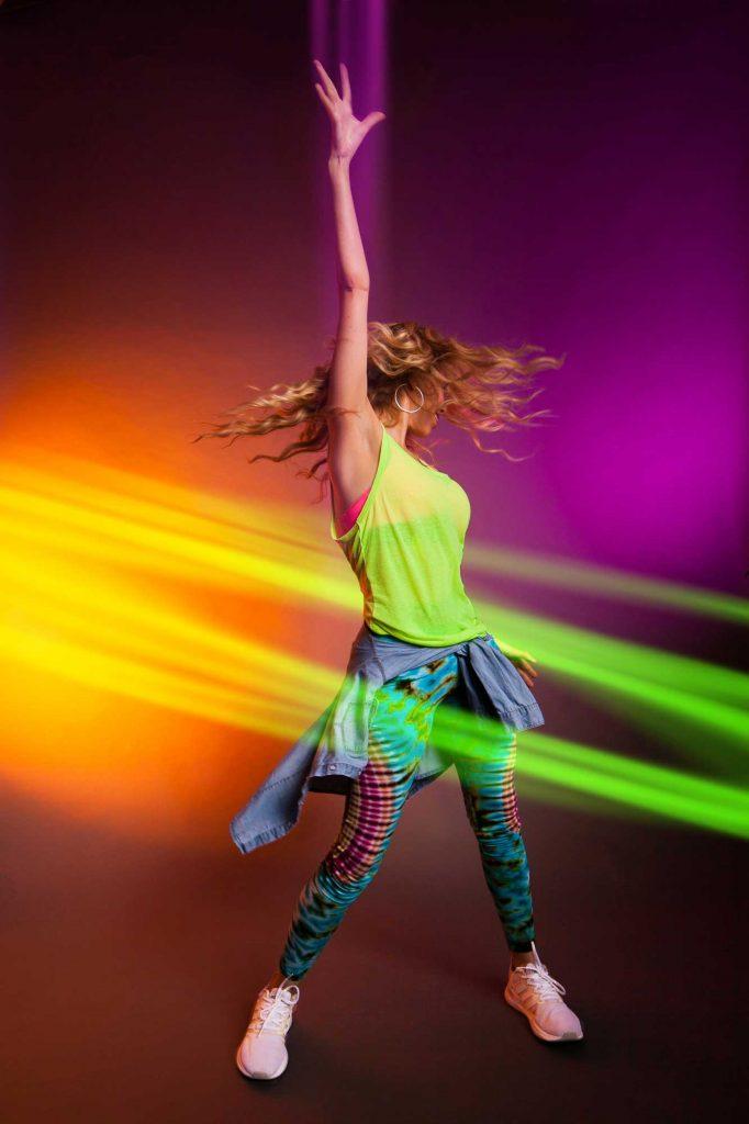 Aparece Itahisa Dubois bailando con ropa de colores
