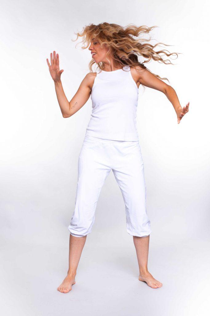 Aparece Itahisa Dubois bailando con ropa de color blanco