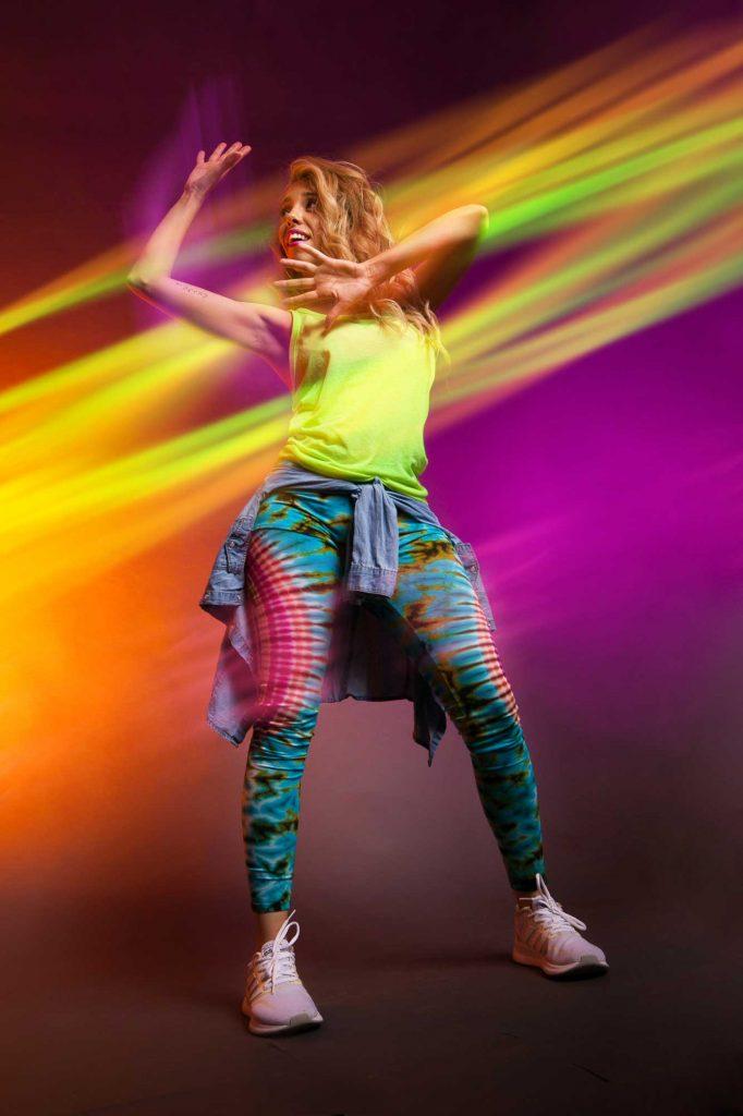 Aparece Itahisa Dubois signando y bailando con ropa de colores
